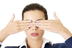 attraktive junge Geschäftsfrau, die ihre Augen bedeckt. foto