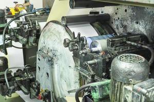 Drucken von Etiketten auf einer Offsetmaschine foto