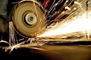 Arbeiter schneiden Metall mit Schleifmaschine