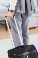 Geschäftsmann mit seinem Gepäck foto