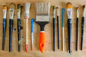 Pinsel in verschiedenen Größen in einem Atelier in Hamburg Altona foto