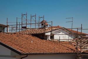 Gerüst und das kaputte Dach eines Hauses