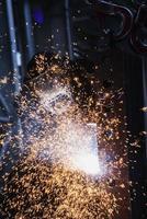 Schweißerschweißen in einer Werkstatt. foto