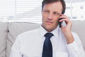 attraktiver Geschäftsmann, der anruft foto