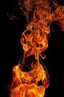 Feuer auf einem schwarzen Hintergrund foto