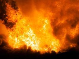 brennende Feuerflamme auf Holzhausdach foto