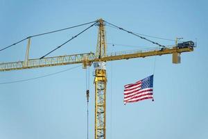 großer Kran mit amerikanischer Flagge foto