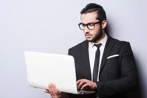 Geschäftsmann mit Laptop. foto