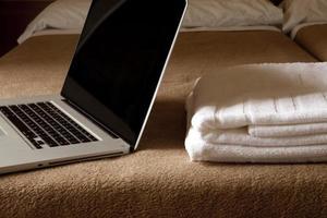 Laptop im Hotel foto