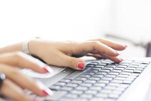 Geschäftsfrau, die auf einer Computertastatur tippt foto