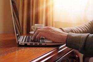 Manworking auf Laptop im klassischen Luxusstil Interieur foto