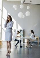 junge Frau im Büro