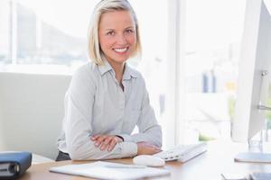 Geschäftsfrau lächelt in die Kamera