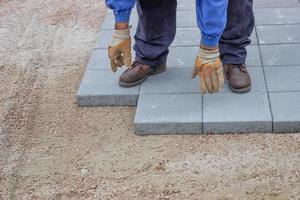Arbeiter pflastert neuen Bürgersteig 3 foto