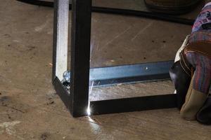 Arbeiter schweißen Stahl foto