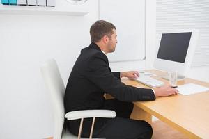 Geschäftsmann am Schreibtisch foto