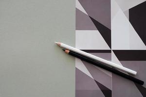 Stifte auf grauem Hintergrund und Grafikdruck foto
