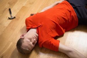 bewusstloser Handwerker nach Unfall foto