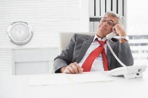 zerzauster Geschäftsmann am Telefon foto