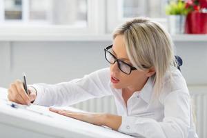 junge Frau, die Blaupause zeichnet foto