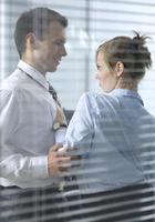 Geschäftsfrau flirtet mit seinem Kollegen im Büro foto