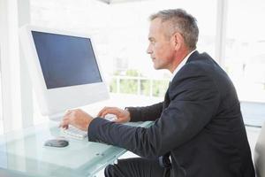 ernsthafter Angestellter auf seinem PC