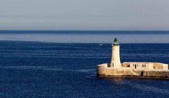 Leuchtturm im Mittelmeer foto
