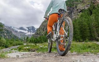 Radfahrer macht sich bereit zu starten foto