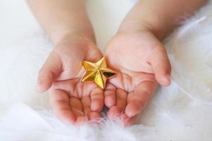 Die Hände der Kinder greifen nach dem Stern foto