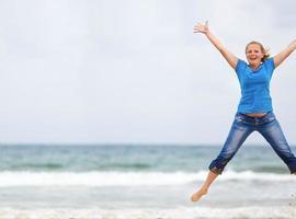 springendes Mädchen foto