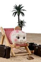 Sparschwein in einem Liegestuhl