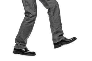 Mann in Schuhen zu Fuß Schritt foto