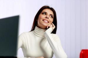fröhliche Geschäftsfrau, die am Telefon spricht