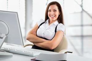 Geschäftsfrau, die mit Laptop arbeitet