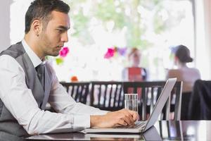 konzentrierter Geschäftsmann, der am Laptop arbeitet