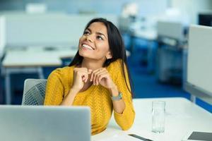 Geschäftsfrau sitzt an ihrem Arbeitsplatz im Büro