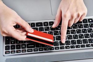 Hand einer Frau mit Kreditkarte foto