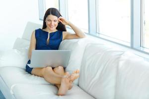 Porträt der Geschäftsfrau, die Laptop-Computer im Büro verwendet foto