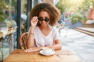 hübsches junges Mädchen im Straßencafé foto