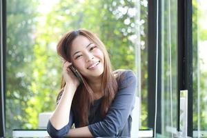 junge asiatische Mädchen verwenden Handy für Suchinformationen foto