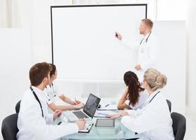 Arzt hält Präsentation vor Kollegen foto