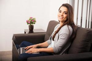 glückliches Mädchen, das zu Hause arbeitet foto