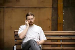 russischer Mann, der am Telefon spricht foto