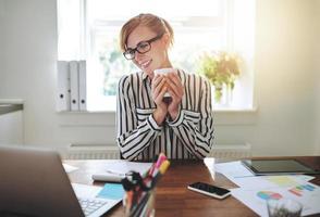 glückliche erfolgreiche Geschäftsfrau foto