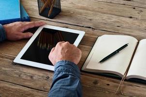 Mann arbeitet mit einem Tablet-Computer foto