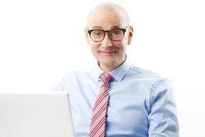 selbstbewusstes Porträt eines älteren Mannes foto