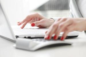 Geschäftsfrau, die Daten analysiert