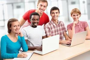 Gruppe junger Studenten foto