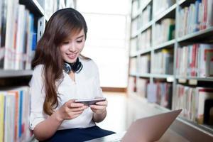 asiatische schöne Studentin mit Laptop und Handy