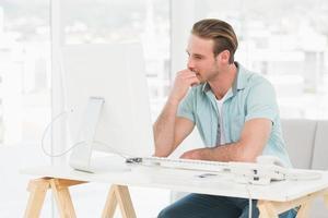 konzentrierter Geschäftsmann, der mit Computer arbeitet